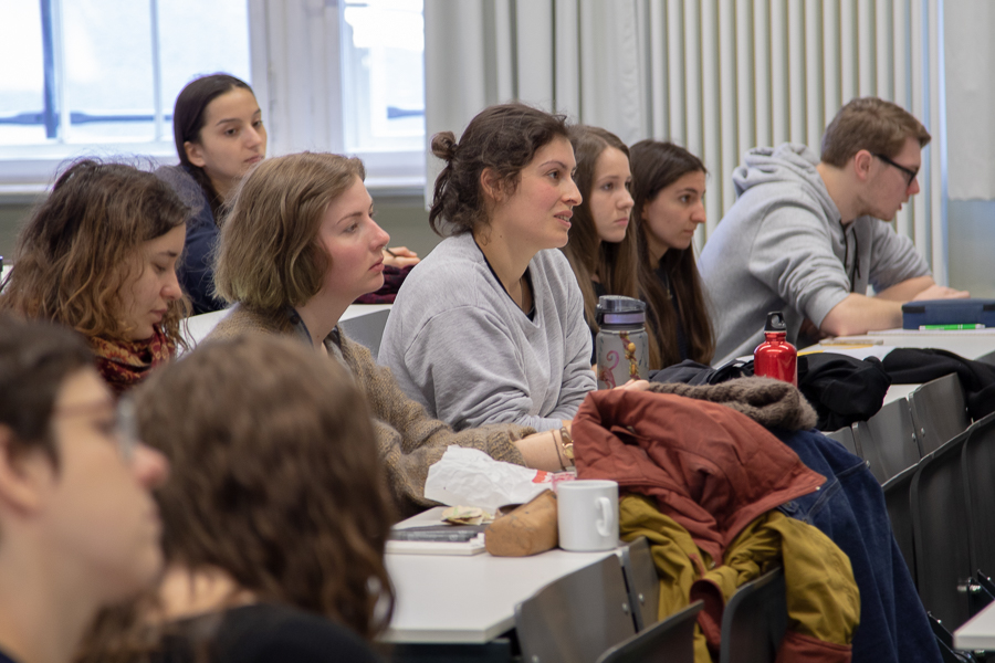 Zu sehen sind mehrere Personen während eines Vortrages.