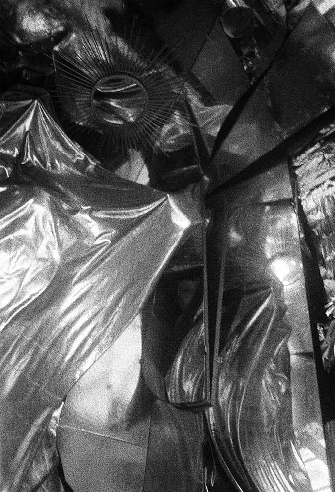 Analoge schwarzweiß Fotografie, Frauenakt im Raum