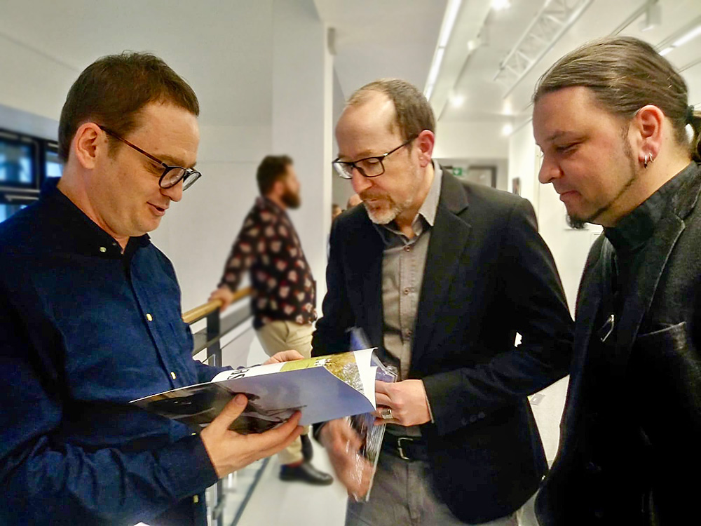 Prof. Stefan Paruch, Prof. Andreas Wendt and Alexander Frohberg are happy about the printed magazine.